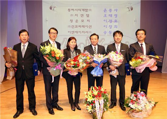 차성수 금천구청장과 금천구 기업인상 수상자들