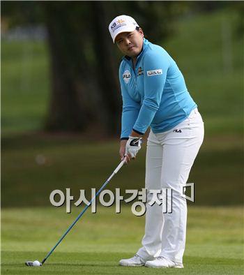 박인비가 샷을 하기 직전 다시 한 번 타깃을 확인하고 있다.
