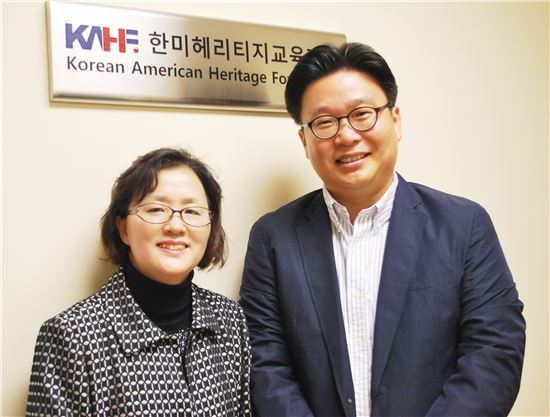 서경덕 독도학교 교장(오른쪽)과 한미헤리티지교육재단의 최경미 이사장.