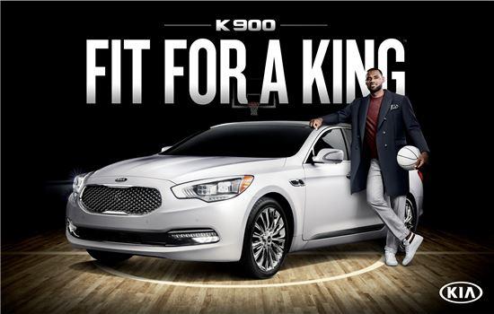 미국 NBA 선수 르브론 제임스(사진 오른쪽)가 K9 옆에서 포즈를 취하고 있는 모습.