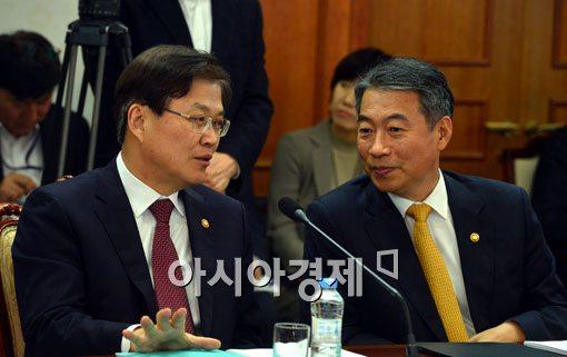 [포토]대화 나누는 최양희 장관-정종섭 장관