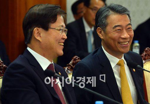 [포토]밝은 표정의 최양희 장관-정종섭 장관