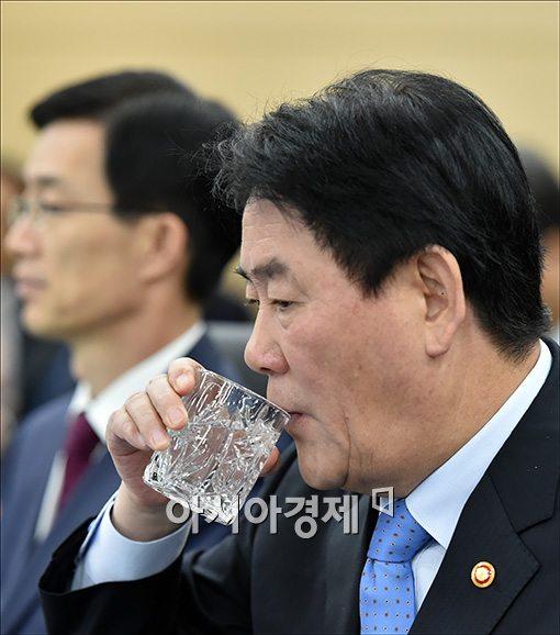 [포토]물 마시는 최경환 부총리