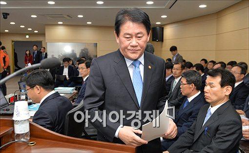 [포토]굳게 입다문 최경환 부총리