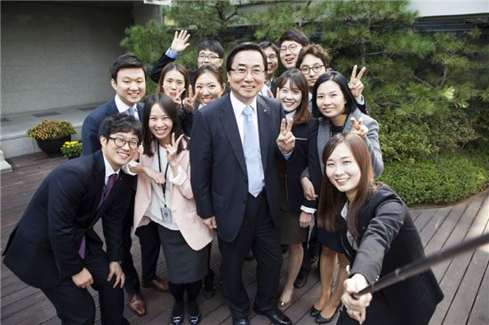 김병헌 LIG손보 사장(가운데)이 16일 직원들과 '최고경영자(CEO) 런치소리통' 행사를 진행하면서 기념촬영을 하고 있다.