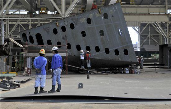 필리핀 세부섬에 있는 일본 쓰네이시중공업 조선소에서 선박 블록이 만들어지고 있다. 사진=블룸버그