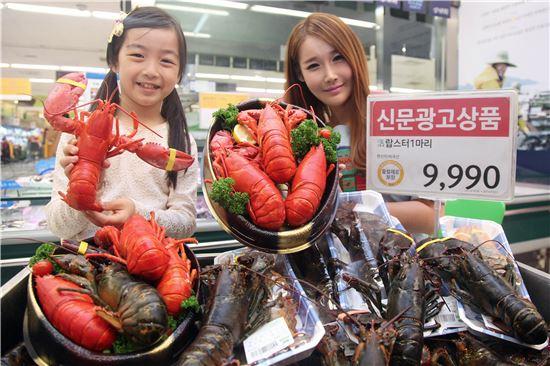 16일 오전 서울 용산구 한강로 이마트 용산점 수산매장에서 모델들이 랍스터를 선보이고 있다.