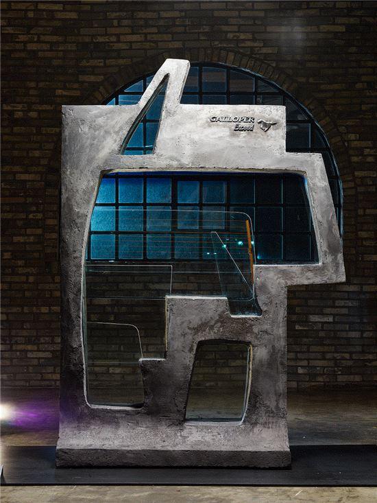 20년간 함께한 차량을 떠나 보내는 사진작가를 위해 갤로퍼의 유리창 8개로 만든 프레임