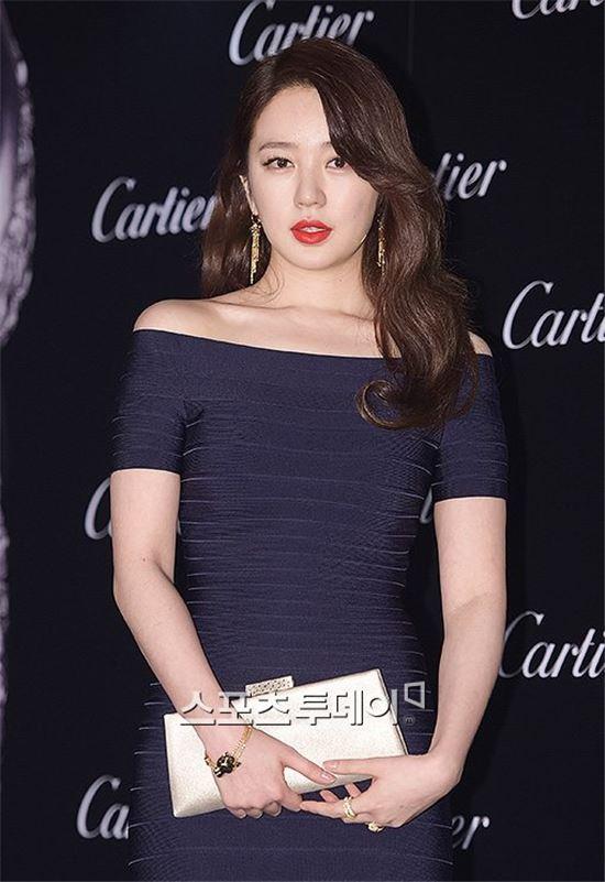 윤은혜, 밀착 원피스에 '팜 파탈' 매력…男心 사로잡는 레드립에 '눈길'