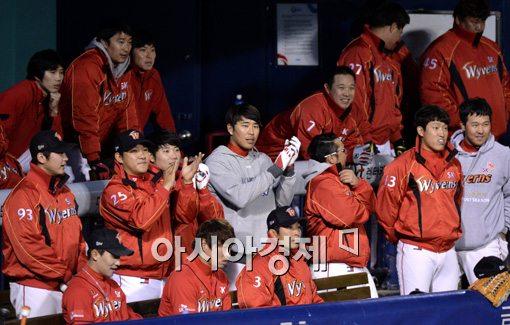 [포토]박수치는 SK 덕아웃, '경기 흐름은 우리가 가져왔어'