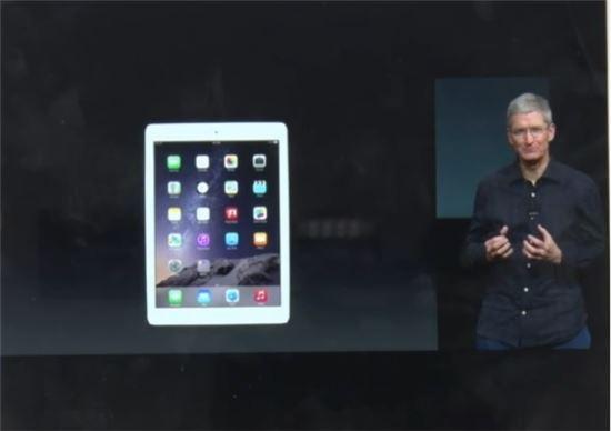 팀쿡 애플 최고경영자(CEO)가 16일 캘리포니아 쿠퍼티노 본사에서 새 '아이패드 에어2'를 공개하고 있다.