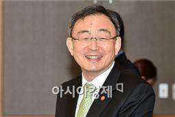 [포토]단통법 시대, 활짝 웃는 최성준 방통위원장