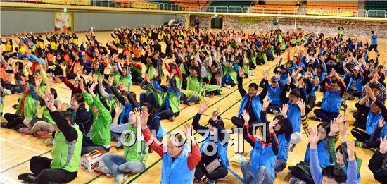 고창군은 17일 군립체육관에서 직원 상호간 화합과 친목을 다지고 공동체 공직 분위기 조성을 위해 '공무원 한마음 단합대회'를 개최했다.