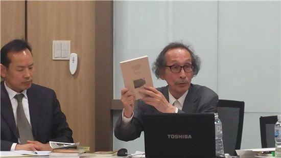 와다 하루키 도쿄대 명예교수(오른쪽)가 16일 국민대 일본학연구소가 주최한 콜로키움에 참석해 '요시다 증언'으로 본 일본군 위안부 문제에 관해 설명하고 있다.
