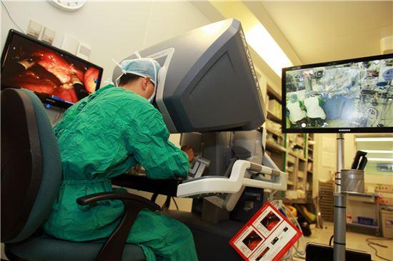 이재훈 서울아산병원 간담도췌외과 교수가 단일공 로봇 담낭절제술을 시행 중이다.