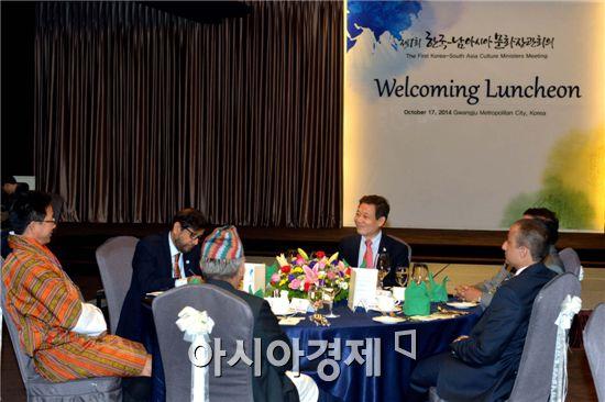 윤장현 광주광역시장은 17일 낮 홀리데이인 광주호텔에서 열린 한국·남아시아 문화장관 회의에서 참석자들과 환담하고 있다. 사진제공=광주시
