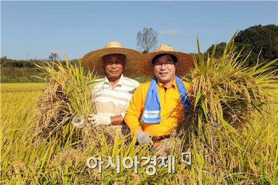 유두석 군수(오른쪽)가  황룡면 북촌유기농단지 벼 수확 현장을 찾아가 농업인 애로사항을 청취하고 민선 6기 농정방향을 설명하는 시간을 가졌다.