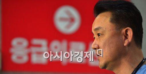 [포토]성남판교 붕괴 사건 부상자 브리핑하는 하영록 전문의