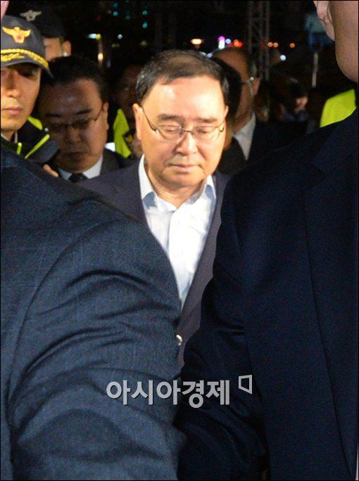 [포토]고개숙인 정홍원 총리