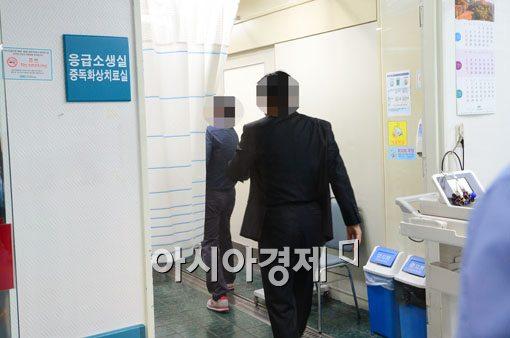 [포토]응급실로 들어가는 희생자 가족들
