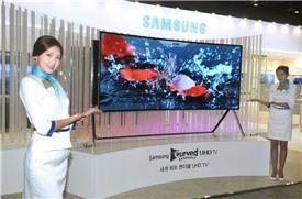 지난 14일부터 나흘간 일산에서 진행된 한국전자산업대전에서 삼성전자는 105인치형 벤더블 UHD TV를 국내 처음으로 공개하며 이목을 끌었다. /
