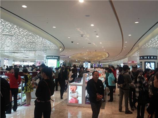 18일 찾은 롯데월드몰 롯데면세점. 국산 화장품존에 중국인 관광객들이 북적이고 있다.