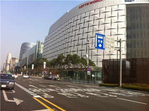 롯데월드몰 개장 첫 주말인 지난 18일 오후 롯데월드몰 앞 도로가 한산한 모습이다.