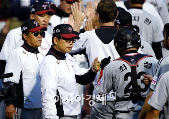 NC와의 준플레이오프 1차전을 승리로 이끈 양상문 LG 감독(가운데)[사진=김현민 기자]
