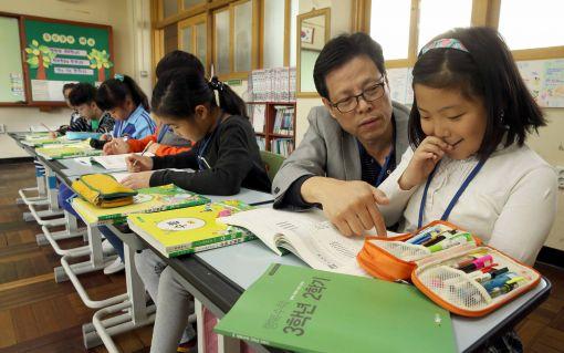 부산행복한학교가 제작해 무료배포하는 빅북(Big Book)으로 초등학생들이 수업하고 있다.