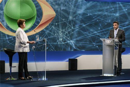 브라질 대통령 선거 결선에 나선 호세프 지우마 후보(왼쪽)과 아에시우 네베스 후보가 토론을 벌이고 있다. 사진=블룸버그