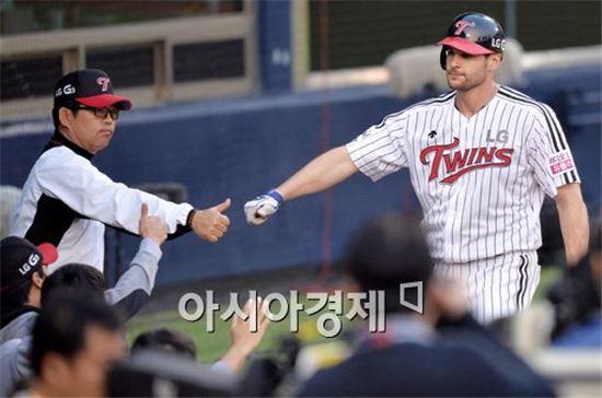 브래드 스나이더와 하이파이브 나누는 양상문 LG 감독(왼쪽)[사진=김현민 기자]