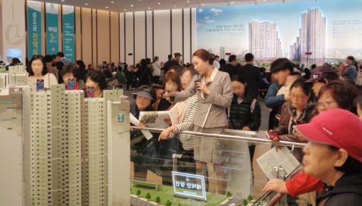 부산 '래미안 장전' 견본주택, 이틀간 2만5천명 몰려