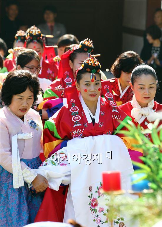 함평군 대동면 함평향교에서 열린 저소득 다문화가정 전통혼례식에서 신부가 입장하고있다.