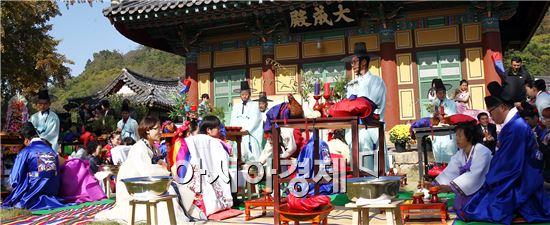 함평군 대동면 함평향교에서 26일 저소득 다문화가정 5쌍이 전통혼례를 올렸다.