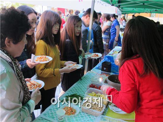광주시 광산구 수완호수공원에서 25일 열린 '세계음식문화축제'에 1,200여명의 사람들이 참가해 아시아 각국의 음식을 맛보며 다양한 문화도 체험했다.
