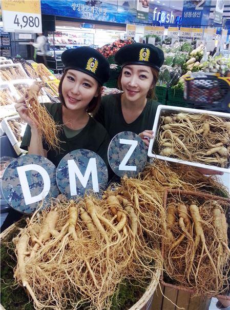 26일 오전 경기도 하남시 덕풍동에 위치한 이마트 하남점 채소코너에서 모델들이 비무장지대(DMZ) 인근에서 키운 '6년근 파주개성인삼'을 선보이고 있다.