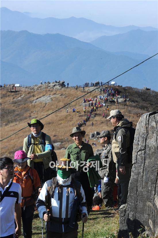 윤장현 광주광역시장은 지난 25일 탐방객들과 함께 올해 들어 처음 개방된 무등산 정상에 오르고 있다.