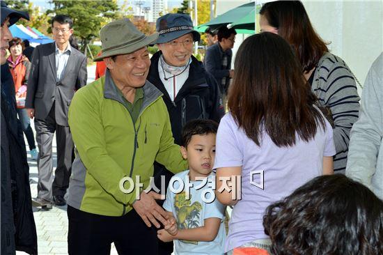 윤장현 광주광역시장은 지난 25일 시청 야외광장에서 '미래를 담은 도시(都市) 락(樂)' 을 슬로건으로 열린 푸른광주의 날 행사에 참석했다.