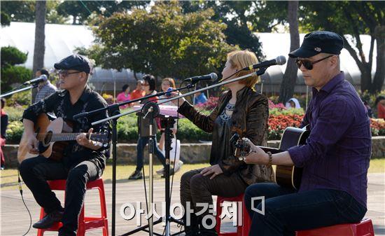 통기타 팀 노래발자국이 함평국화축제장에서 관광객들을 상대로 연주를 하고있다. 노해섭 기자 nogary@
