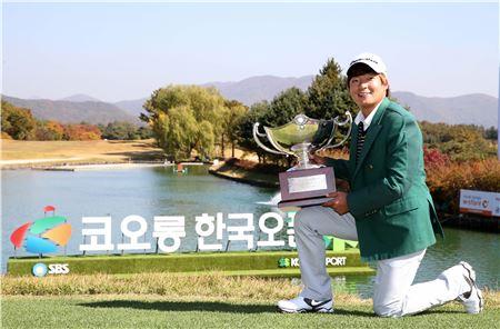 김승혁이 한국오픈 우승 직후 트로피를 들고 포즈를 취하고 있다. 사진=KGT제공