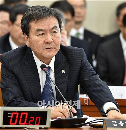 국정감사에 참석한 신제윤 금융위원장