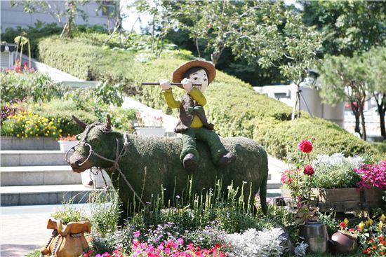 성동구청 앞에 있는 소를 탄 목동 모형물