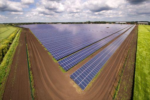 한화큐셀이 건설한 영국 케임브리지 스토브리지 24.3MW 태양광 발전소.