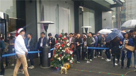 아이폰6 국내 출시일이었던 지난 달 31일 광화문 KT 본사 올레스퀘어에서 사전 예약을 한 소비자들이 개통을 기다리고 있다.(사진과 기사는 관계 없음)