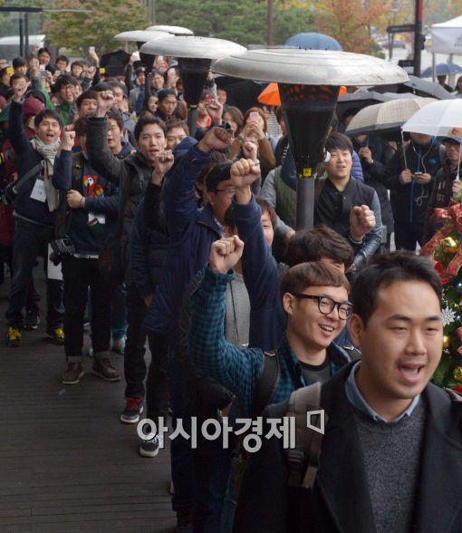 아이폰6를 사기 위해 기다리는 시민들