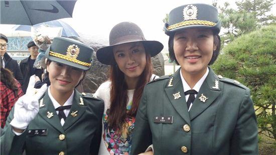배우 홍은희가 육군 부사관 임관식에 참석했다.[사진=나무엑터스 제공]