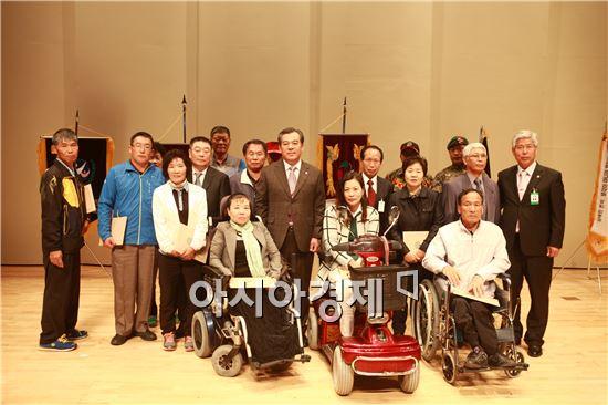 곡성군 장애인 한마음 대축제에서 유근기 곡성군수가 수상자들과 기념사진을 촬영하고있다.