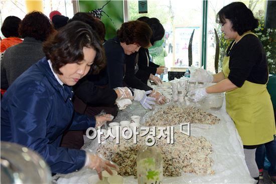 요리경연대회 입구에서 한우 주먹밥 300인분이 순식간에 떨어져 관광객들에게 인기를 차지했다.