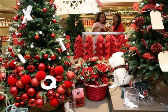 아이파크백화점이 '크리스마스 홈파티'를 테마로 성탄 소품 500여종을 입고한 가운데 리빙관 모던하우스 매장에서 고객들이 진열된 상품을 살펴보고 있다.