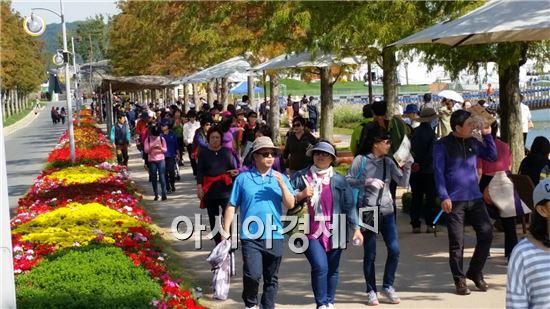 순천만정원을 관광객들